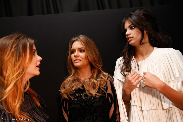 Palvin Barbara Josephine Skriver és Sara Sampaio modelleknek magyaráz valamit