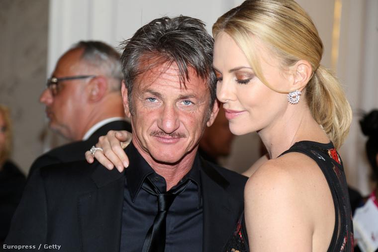 Illetve azt is, hogy Charlize Theron rendületlenül szereti Sean Pennt, annak ellenére is, hogy utóbbi néha susimelegítőt hord