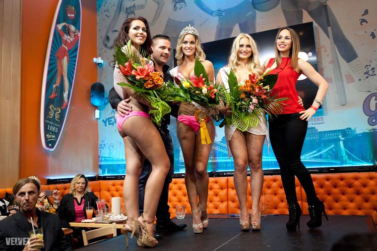 Az első helyezett díja az, hogy ő képviselheti Magyarországot a Las Vegas-i Hooters világversenyen, amit egyébként tavaly a pár képkockával ezelőtt látható Szolláth Nikolett nyert meg.