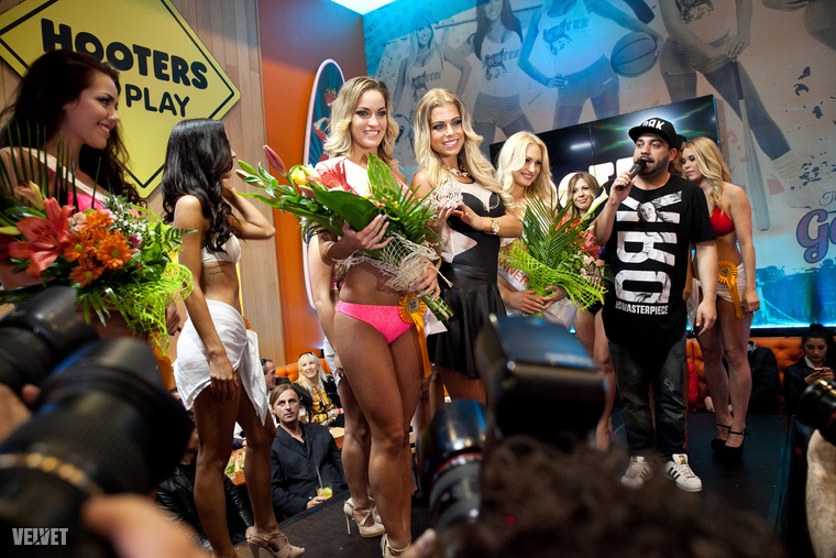 A lánnyal korábban már találkozhattak a Velveten, szintén a Hooters szépségversenye kapcsán.