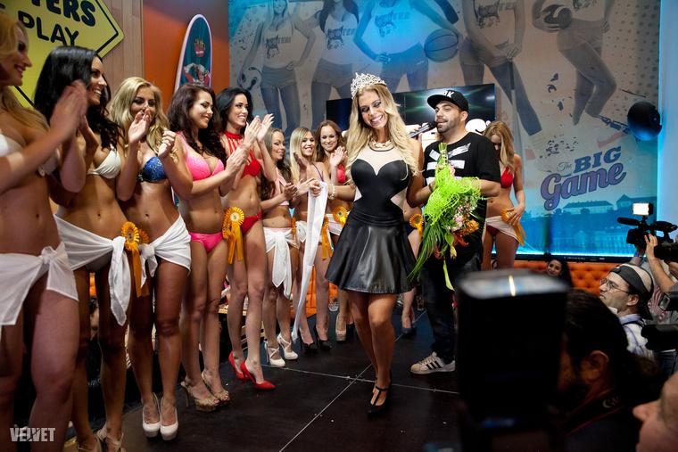 A tavalyi győztes, Szolláth Nikolett illegeti magát egy kicsit, mielőtt átadná az első helyezettnek járó csokrot és koronát.