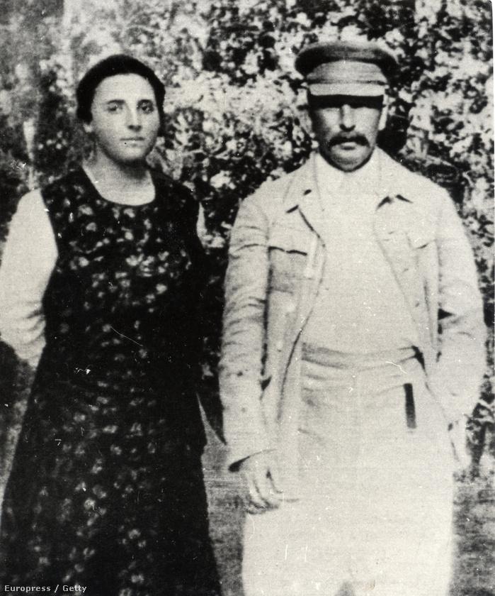Ez a kép a '20-as évek végén készült Sztálinról és második feleségéről, Nagyezsda Allilujeváról
