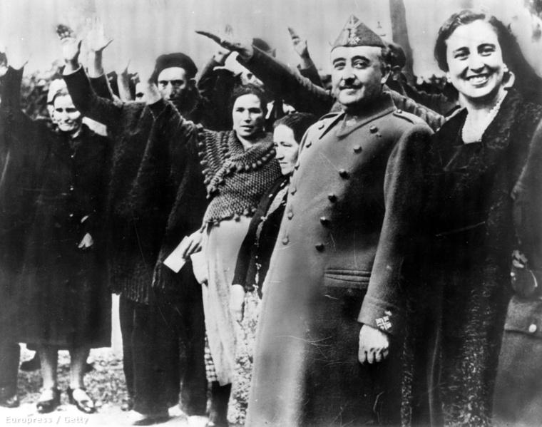 Francisco Franco spanyol diktátor feleségével, Carmen Polóval, ők a két figura a jobb szélen