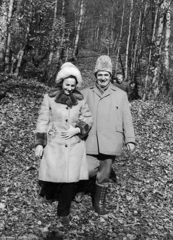 Nicolae és Elena Ceaușescu kedélyesen sétálgat az erdőben 1980 körül