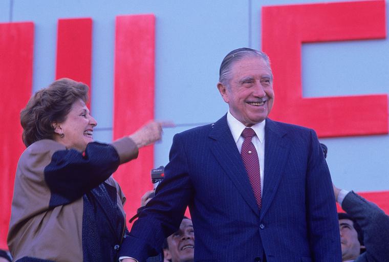 Augusto Pinochet chilei diktátor és felesége, Lucía Hiriart