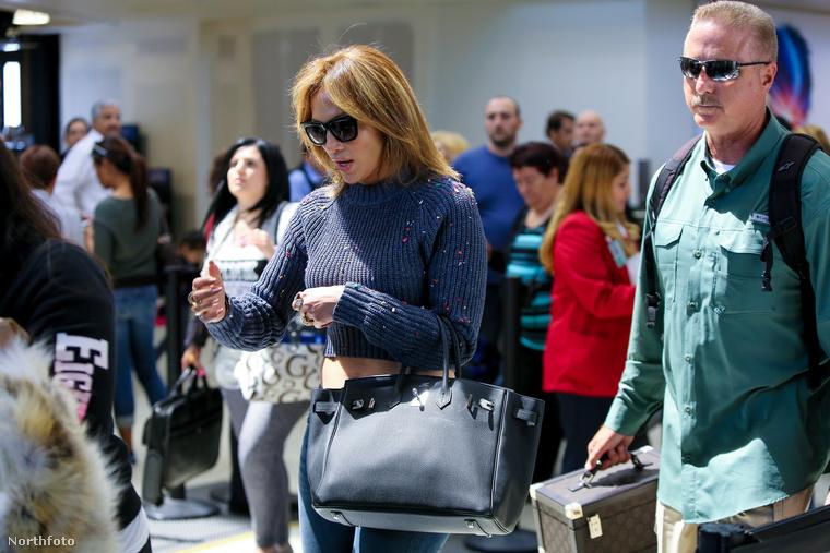 Sajnos magáról az akcióról nem készült kép, így csak a végeredményt tudjuk megmutatni: Jennifer Lopez ruhája csupa konfetti lett.
