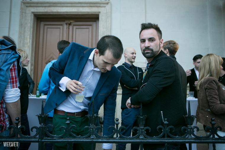 Emberek, akik inkább kint dohányoztak, és türelmesen vártak az ingyenpiára, amit csak a díjátadó vége után pakolt ki a személyzet                         (Egyébként Walkó Csaba a Compact Discóból)