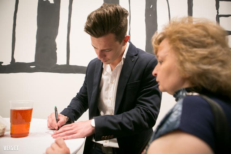 A Wellhello másik tagja, Diaz is akkora sztár már, hogy kedves ötvenes hölgyek kérnek tőle autogramot
