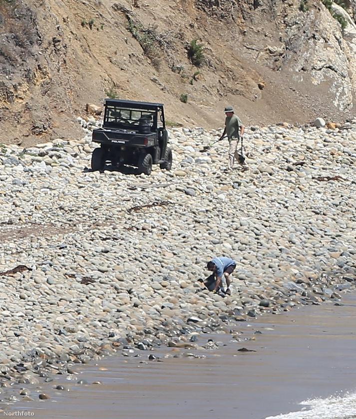 A környéken van Angelina Jolie és Brad Pitt magánstrandja is, ezen a képen az látható, ahogy munkások próbálják a hírességek strandját megtisztítani.