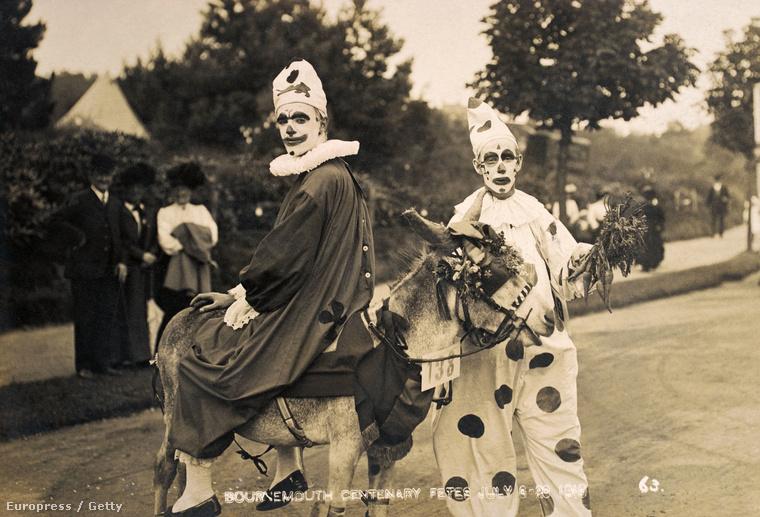 (1910, Bournemouth.) Hogy miért félnek sokan a bohócoktól? Ennek sokféle oka lehet, egyes kutatások arra hivatkoznak, hogy például a gyerekek nehezen viselik, ha ismerős testalkathoz ismeretlen, bizarr arc társul.