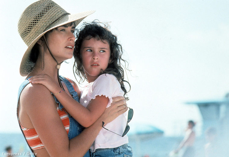 1996-ban persze még kislány volt, aki anyukája mellett feltűnt a Sztriptíz című filmben