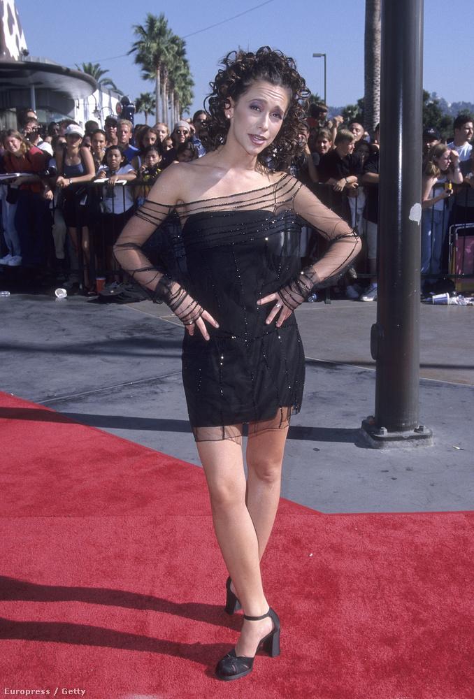 A ruha és a frizura is remek, de hát 1998-at írtunk.