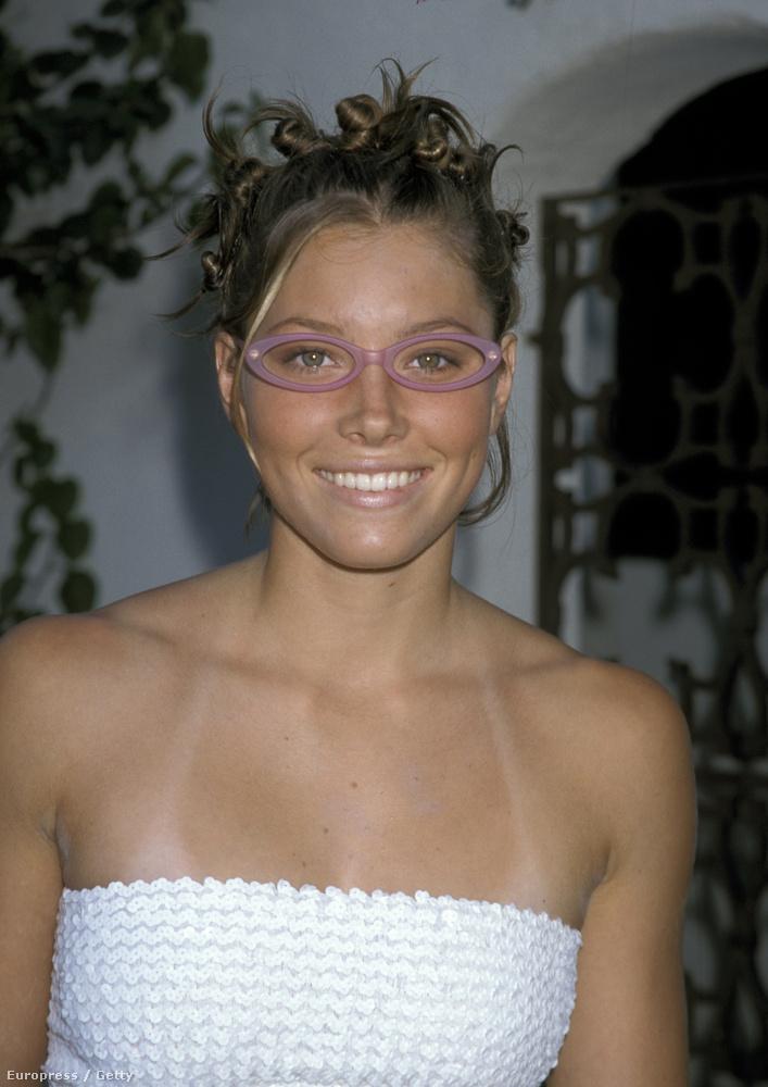 Itt például Jessica Bielt láthatják, aki akkor is jól nézett ki, csak ezt a divat és a korszellem nemigen hagyta érvényesülni