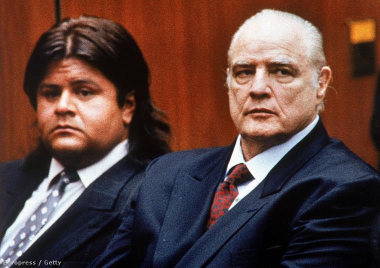 És Marlon Brando 1990-ben, fia, Christian tárgyalásán