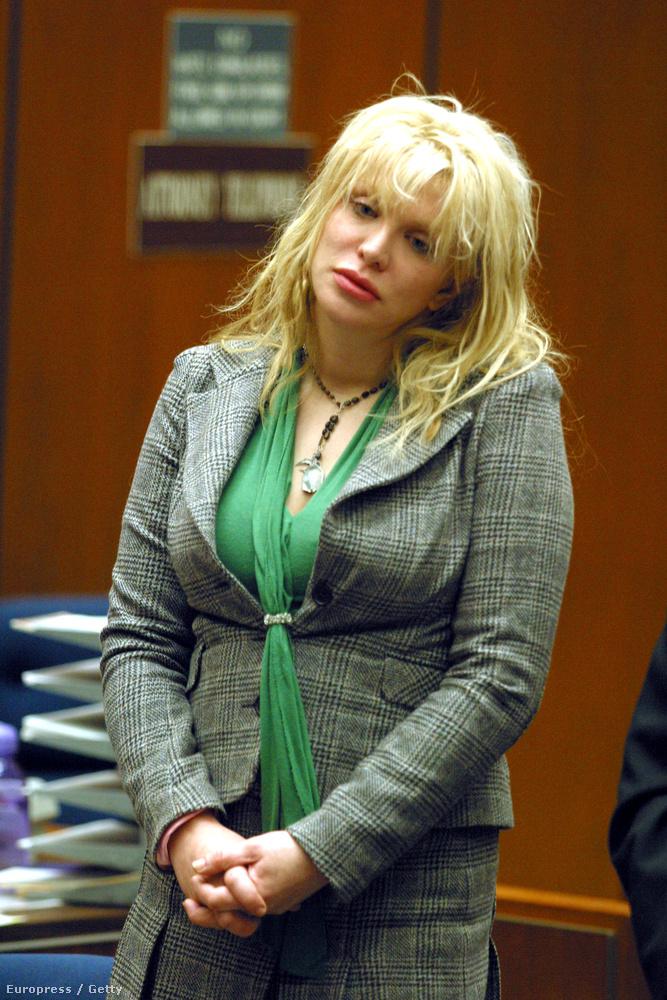 Courtney Love 2004-ben állt bíróság előtt, mert fegyvert fogott egy nőre, annak otthonában