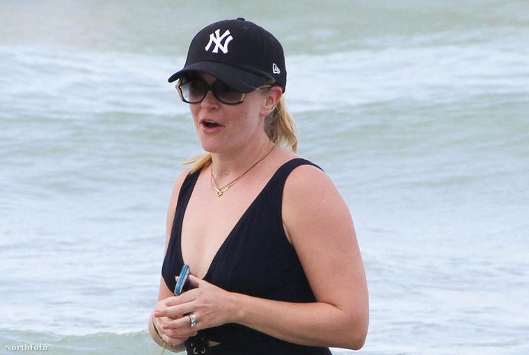 Melissa Joan Hart színésznő, akit a többség onnan ismer, hogy ő volt Sabrina, a tiniboszorkány, mostanában Miamiban üdül édesanyjával, testvérével, és néhány barátnőjével.