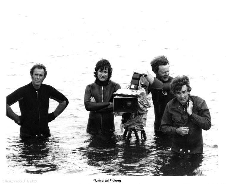 A filmet javarészt Martha's Vineyard szigetén forgatták, azokata  részeket pedig, amikben igazi cápák is szerepeltek, Ausztrália partjainál