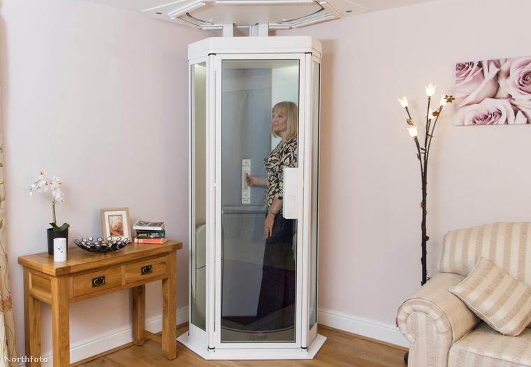 Hát azért, mert ez nem zuhanyfülke, hanem egy lift, ami elvileg megkönnyíti a mozgást egy emeletes ház emeletei közt, a mozgásukban korlátozott, vagy a nehezen mozgó emberek számára.