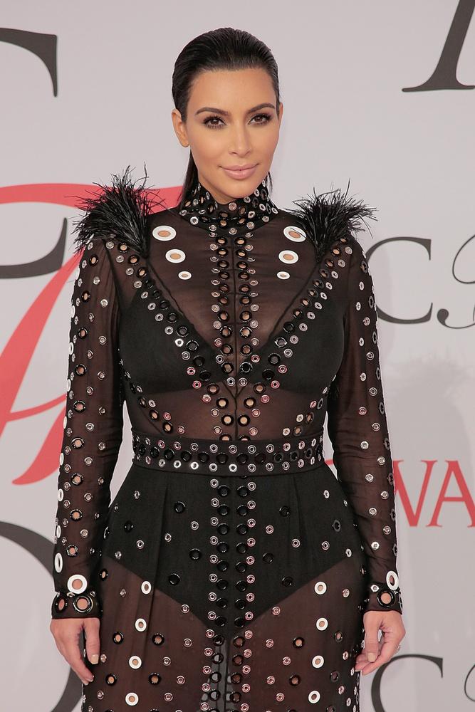 Hát persze, az átlátszó ruhás Kim Kardashian! (Foglalkozását tekintve realityceleb, modell, vállalkozó.)