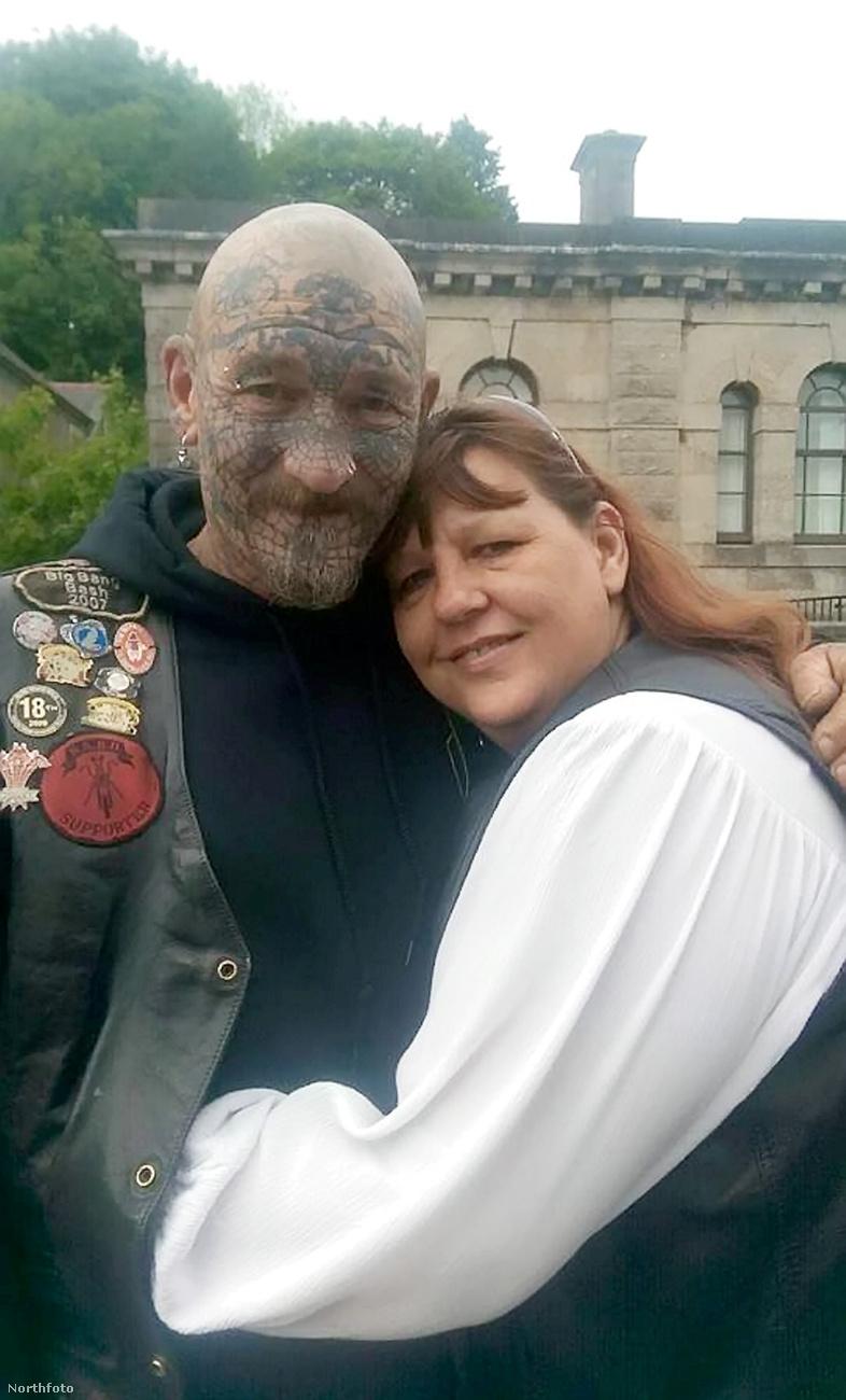 Ez a férfi az 52 éves Roger Buckless feleségével, Hayley-vel