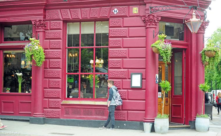 David és Victoria Beckham legnagyobb fiát Londonban fotózták le, amint egy Starbucks előtt várakozott.