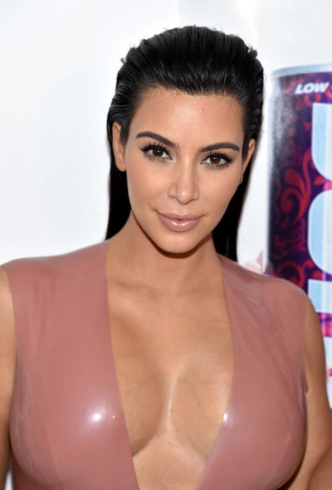 Persze azt eddig is tudtuk, hogy Kim Kardashian vonzódik a gumihoz.