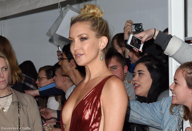 A színésznő a brit Glamour Women Of The Year vörös szőnyegéhez öltözött, és naná, hogy otthon hagyta a számára leggyűlöltebb ruhadarabot.