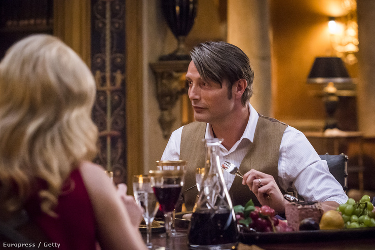 Ha esetleg még nem láttak volna egyetlen epizódot sem, akkor közölnünk kell, hogy nagyon fontos eleme a sorozatnak, hogy Hannibal Lecter sokat főz, szépet, finomat, művészien,