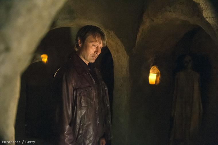 Ha már túl vannak az első két évadon, akkor aligha lepődnek meg a történet alakulásán: az évad azzal kezdődik, hogy az évadzáró vérfürdő után Hannibal (Mikkelsen) Olaszországba költözik pszichiáterével (Anderson).