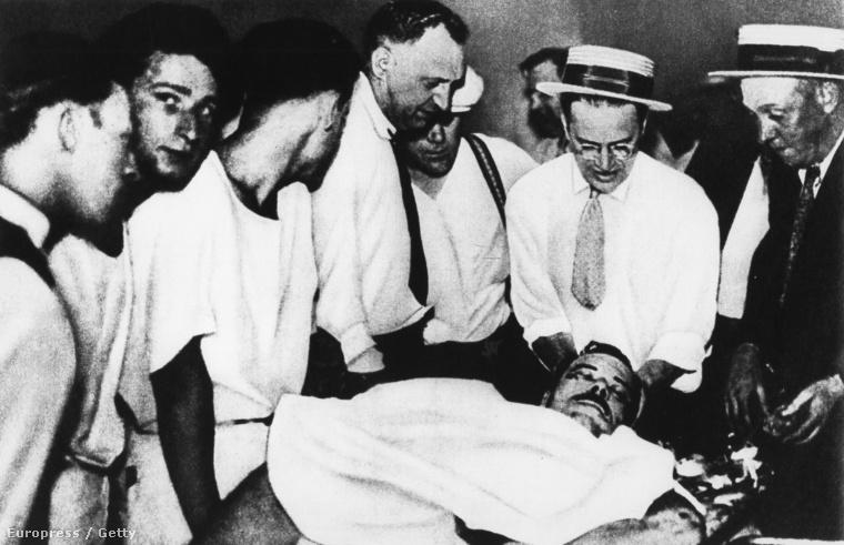 Ez a kép 1934-ben készült, a boncasztalon John Dillinger bankrabló fekszik, körülötte rendőrök és orvosok