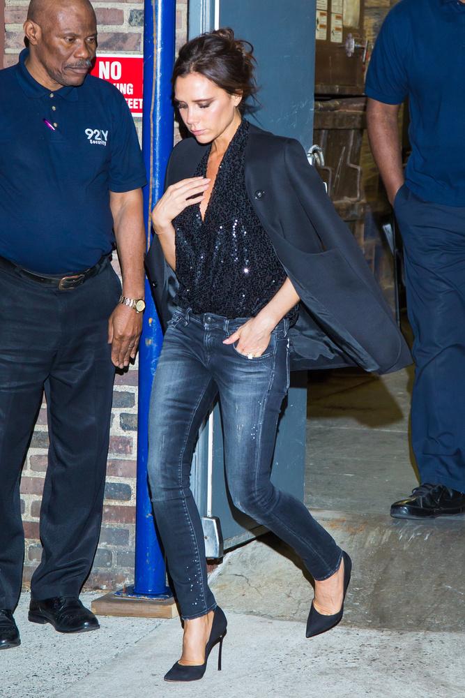 Victoria Beckham New Yorkban mutatkozott ebben a dekoltázsvillantós szettben.
