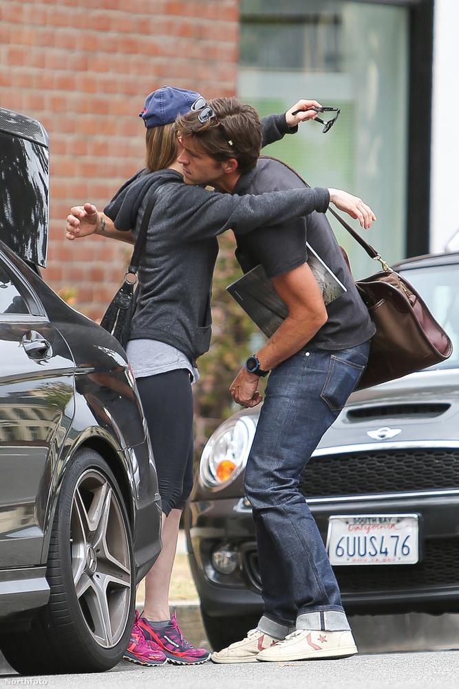 A színésznő megköszöni az asszisztensnek a segítséget, és hogy betette a kocsija csomagtartójába a padlólap-mintákat.
