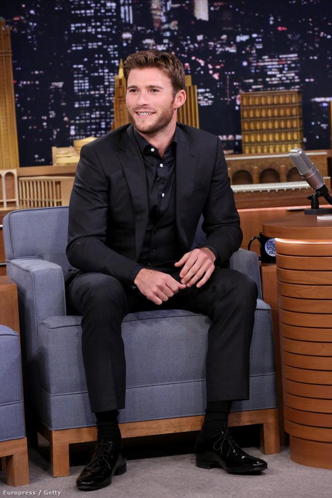 (Látják, az öltöny, meg a szépen ülés nem megy neki
