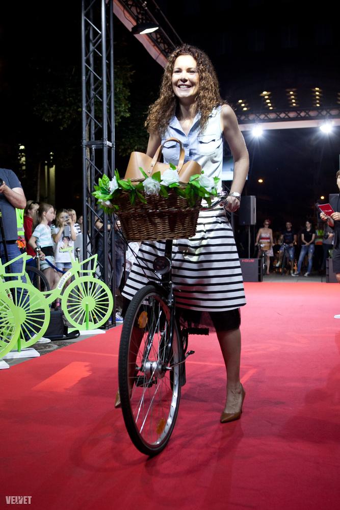 Egy női biciklit csak feldob egy jó kosár a kormányon