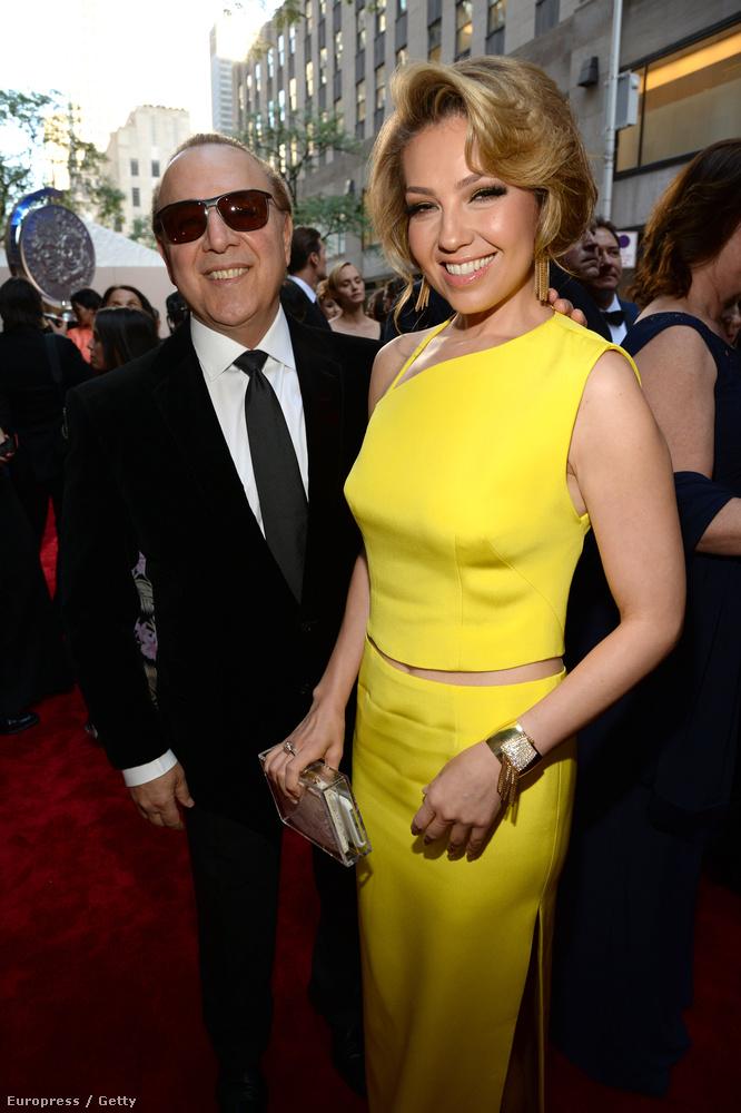 A két színésznő bizonyára prímán érezte magát, Thalía itt Tommy Mottolával látható, aki mellesleg zeneipari mágnás, és Mariah Carey exférje.