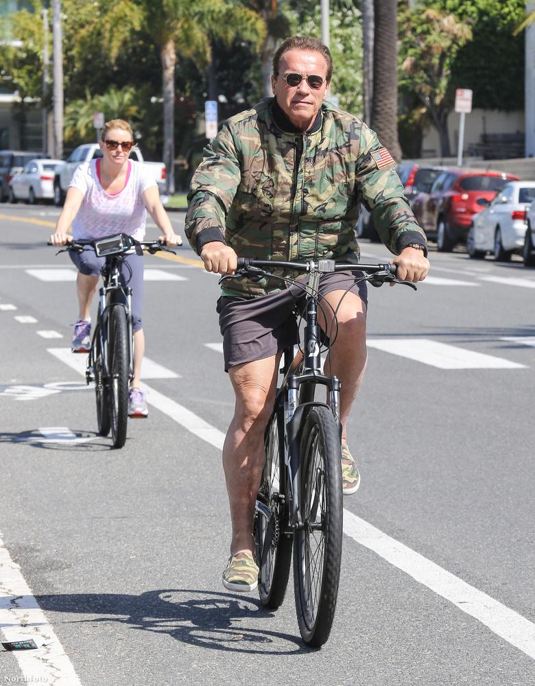 Santa Monicán örökítették meg kerékpározás közben, a barátnőjével.