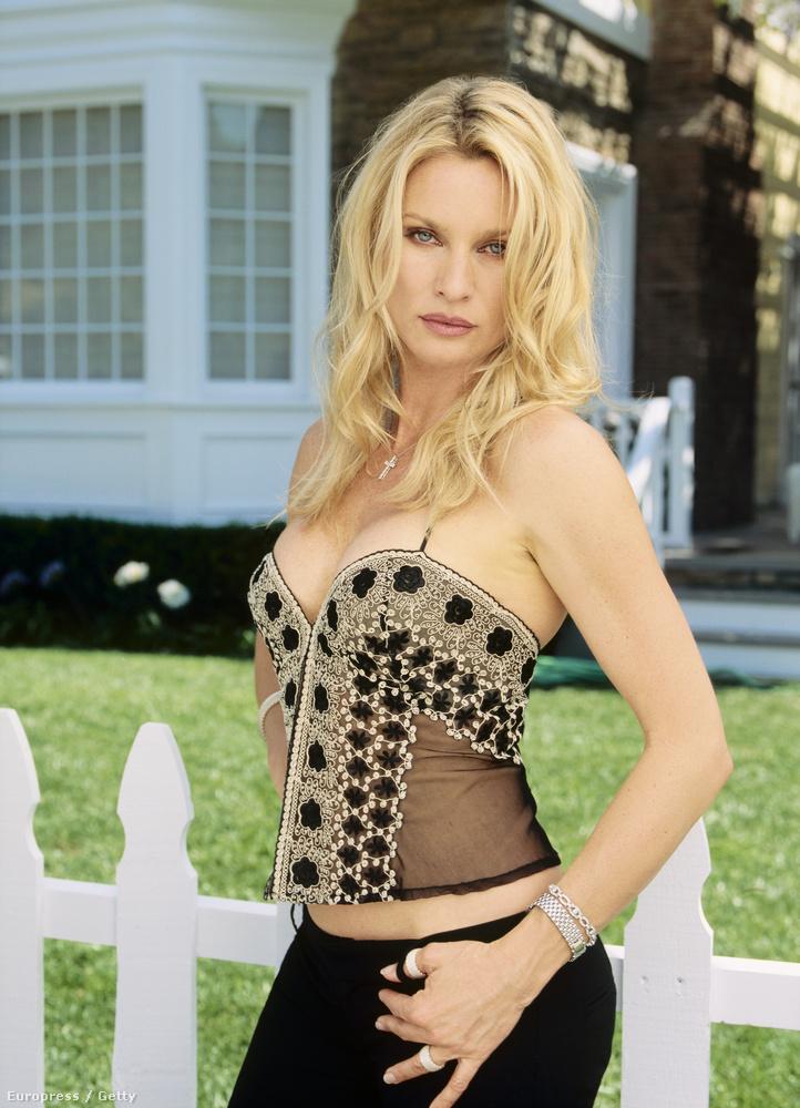 Nicollette Sheridan, aki számost egyéb érdeme mellett az Edie nevű amazont játszotta a Született feleségekben, idén lesz 52 éves.