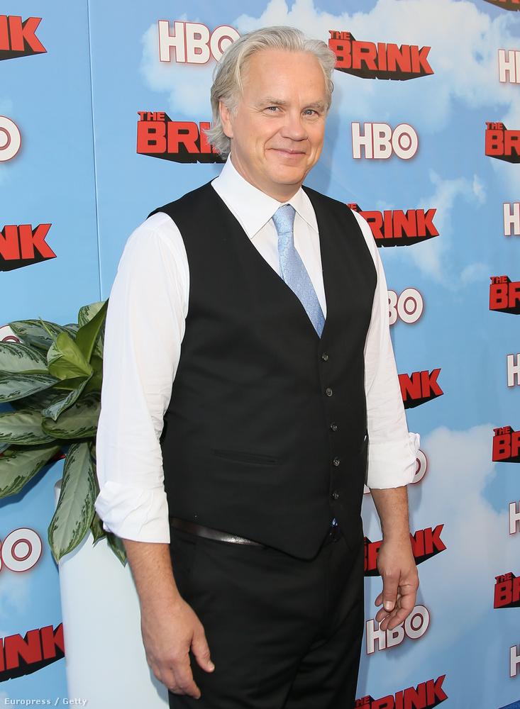 A színész 56 éves, ahhoz képest meglepően fehér a haja, de nem áll neki rosszul.