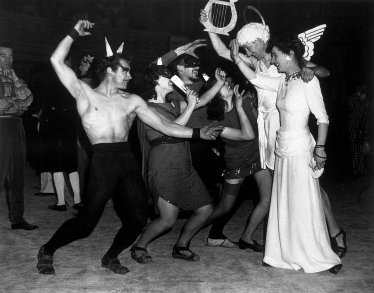Mindenesetre a Chelsea Arts Ball úgy vonult be a történelembe, mint az egyik leginkább megbotránkoztató bál, amit 50 éven keresztül meg tudtak rendezni abban az Angliában, amiben még bűncselekmény volt a homoszexualitás.