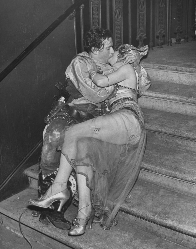 Ma már közel 50 éve egyáltalán nincs Chelsea Arts Ball, a rendezvényt 1958-ban pont azért szüntették be, mert annyira összefonódott a neve a pajzánsággal, a bujasággal, a tiltott dolgokkal, hogy a szervezők nem tudták tovább azt kommunikálni, hogy ez egy átlagos szilveszteri buli