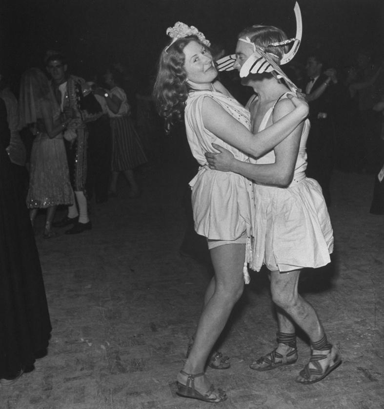 Az egyik londoni művészklub, a Chelsea Arts Club először 1908-ban rendezett adománygyűjtő jelmezbált, amiből aztán egy 1958-ig tartó hagyomány lett.