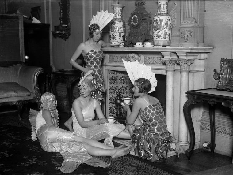 És még egy kép, ez az 1927-es bálon készült, a jelmezek már elég vadak voltak, de a buli még egészen visszafogottnak tűnik.