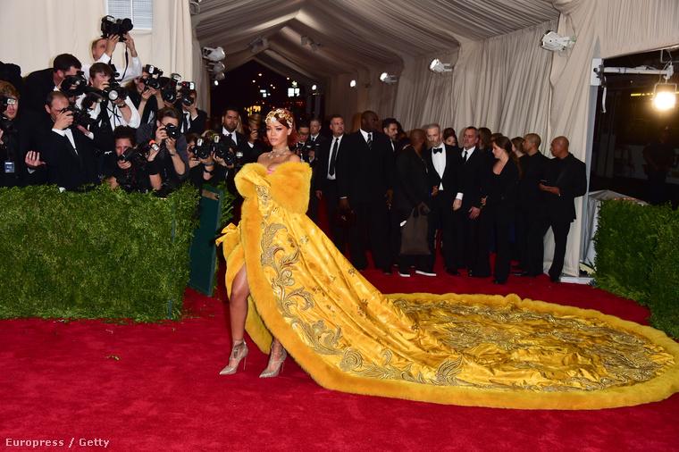 És ugye az is megvan mindenkinek, hogy Rihanna milyen extravagáns ruhákat húzkod magára a vörös szőnyeges eseményekre?