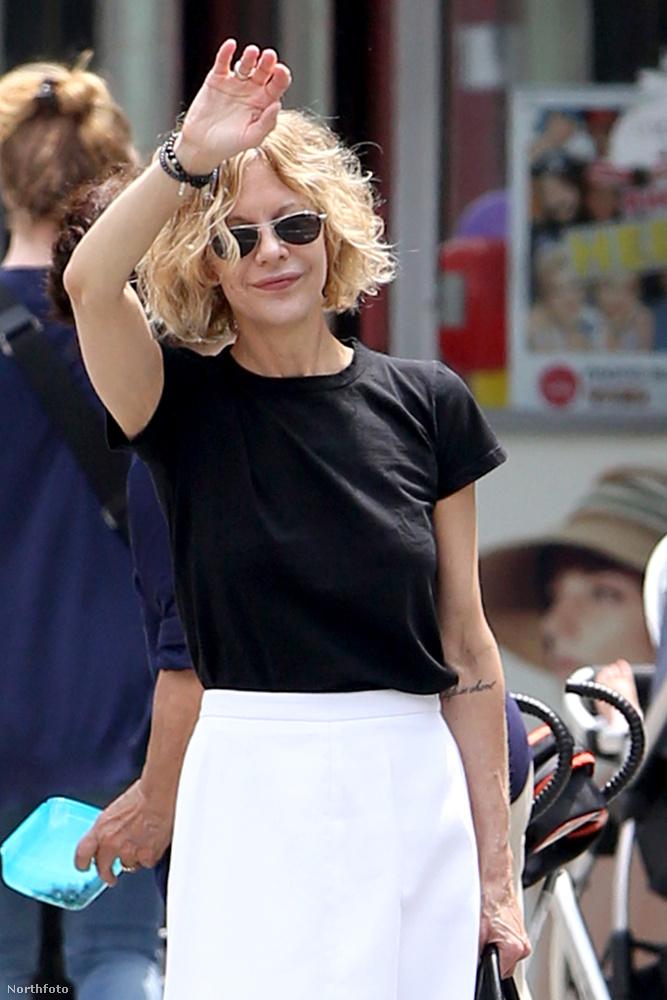 Ami ezen a napsütéses New York-ban, a napokban készült fotón speciel nem látszódik a haja és a napszemüvege miatt