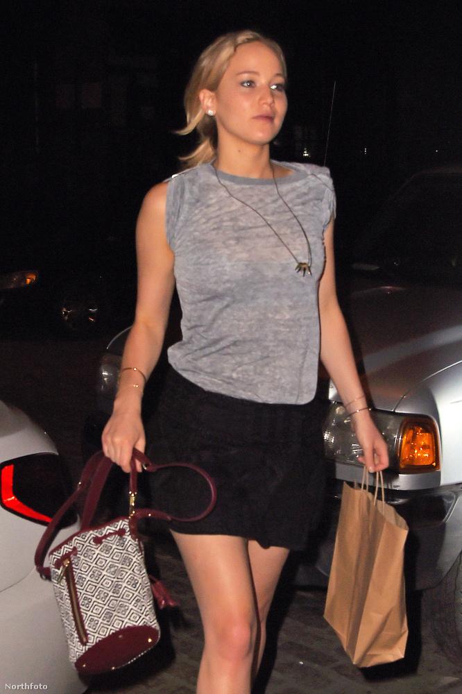Mindenki kedvenc színésznője, Jennifer Lawrence New Yorkban sétált így, szatyrokkal a kezébe