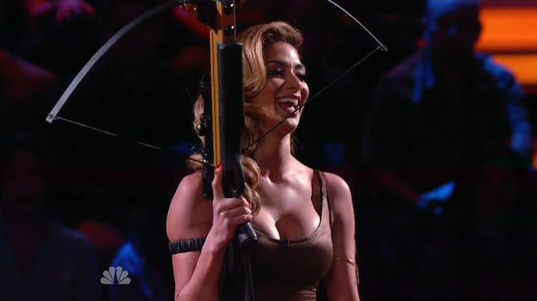 Nicole Scherzinger rettentően szexiskedős időszakot él meg éppen (már megint): az énekesnő az I Can Do That című celebes tévéműsorban szerepelt, a képen látható dekoltázzsal.