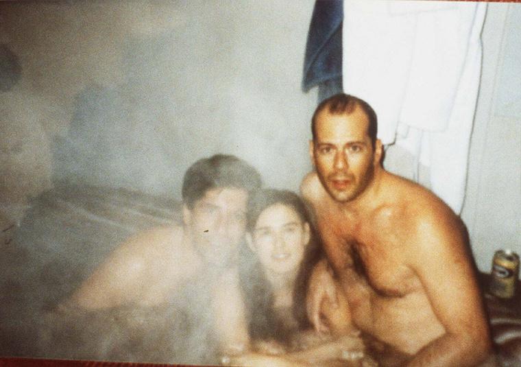 És hogy ne csak Demi Moore-t csodálja, nézze meg jól a kép jobb oldalán gőzfürdőző Bruce Willist, mikor még bőven Demi Moore férje volt