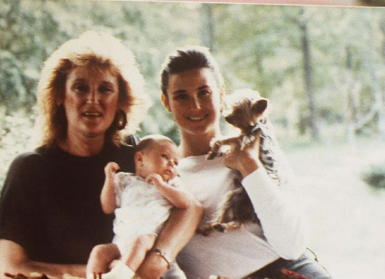 Ez a fotó viszont szinte biztos, hogy 1988 őszén készülhetett, Demi Moore anyjának kezében az ott ugyanis az újszülött Rumer Willis