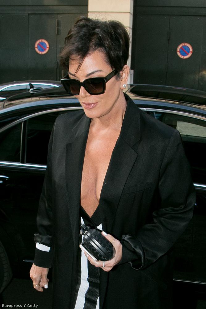 A Kardashian-klán tökéletesen megbízható: valaki közülük valahol biztosan mutat valamit