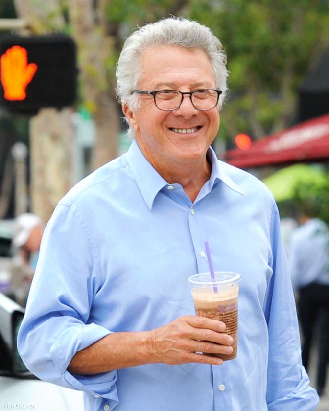 Dustin Hoffman június 11-én, csütörtökön pont akkor vett kávét a brentwoodi Starbucksban, amikor a fotósok arra jártak.